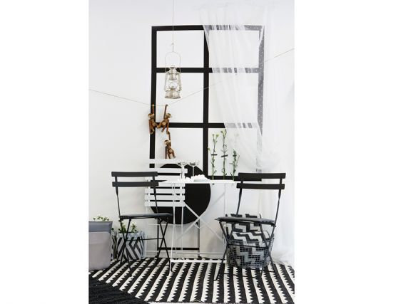 Bistro Blk Wht Chair Table And Round